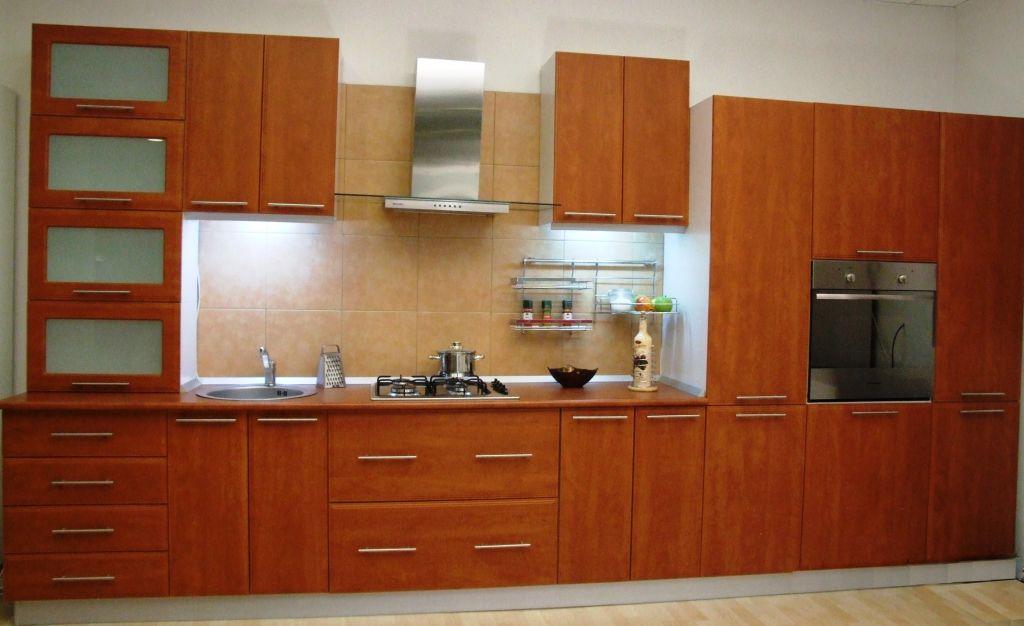 Bucătărie model Calvados de la Lucky Man este gândită să fie utilă, practică şi să arate bine. Include sertare şi balamale sileţioase şi rezistente. Dimensiunea peretelui pe care se potriveşte mobila este 450 cm. Preţul este de 5105 lei.