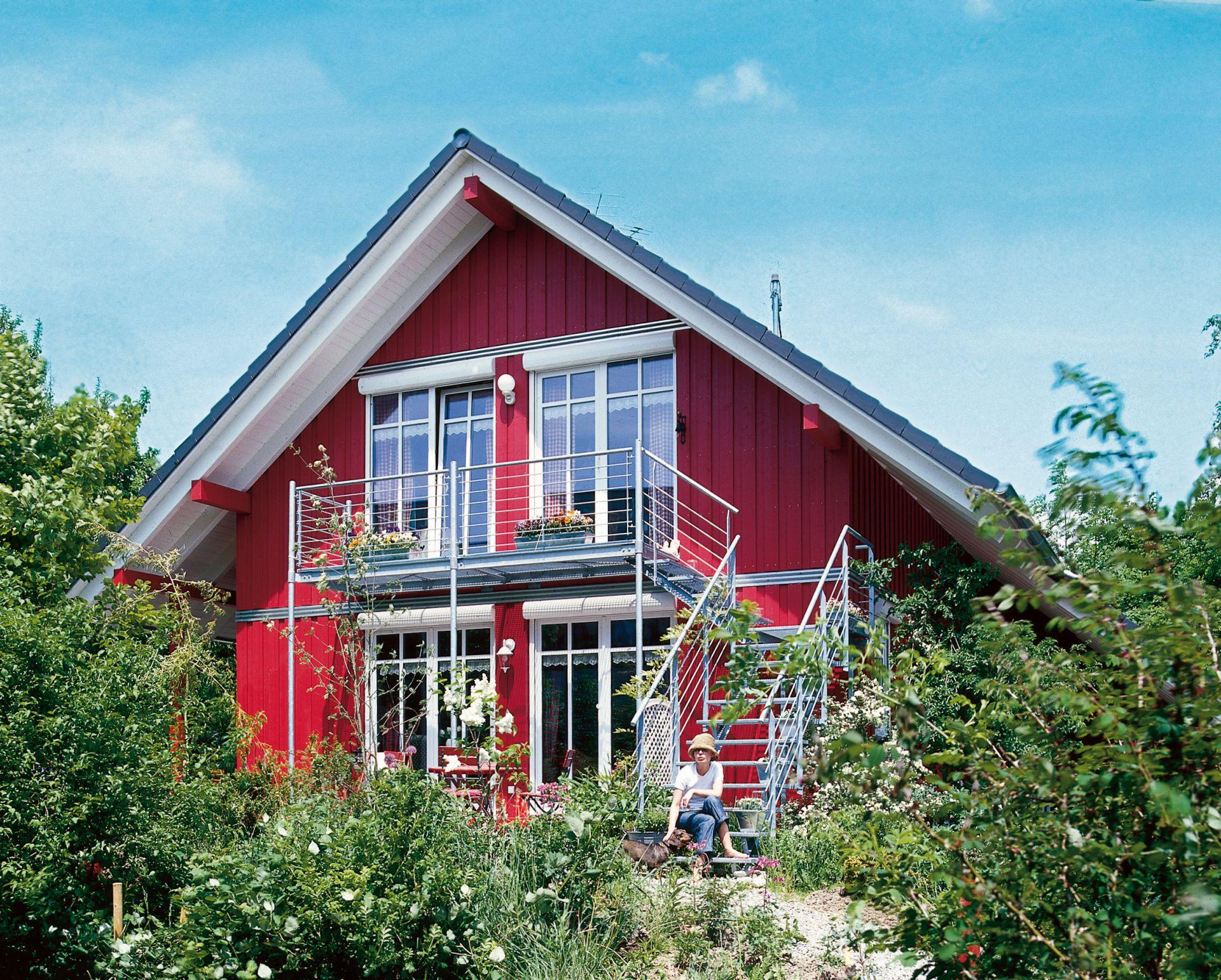 Exteriorul casei Simon construita de firma PLATZ. Fiind o casa mica, de vacanta, scara este prezenta in exterior pentru acces facil, dar si pentru a economisi spatiu util la interior.