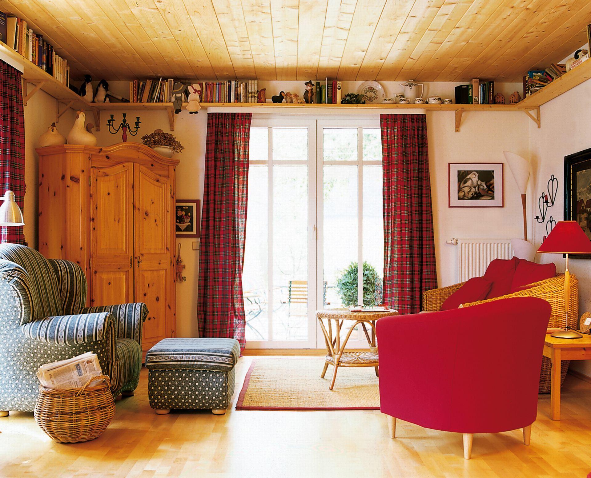 Living casei Simon construita de firma PLATZ. De remarcat ideea raftului suspendat deasupra tocului ferestrelor.