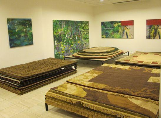 Pentru covoarele mari Flying Carpets asigura transport gratuit. De remarcat picturile Mirelei Traistaru pe pereti.