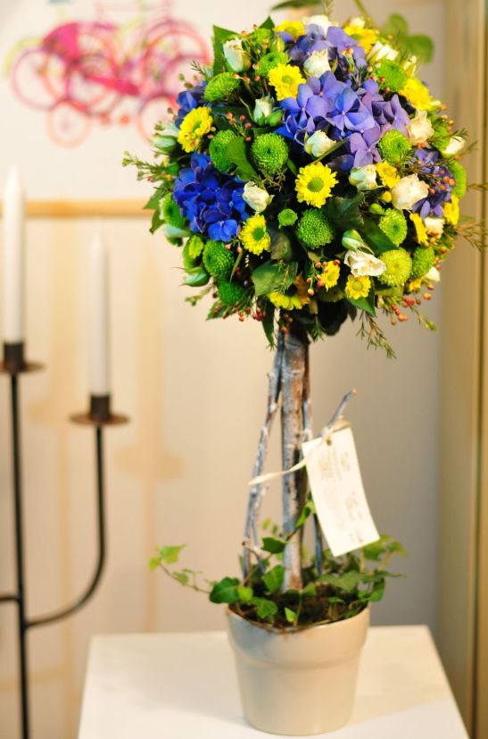 Aranjament floral topiary cu iedere crizanteme trandafiri si hortensii de la Flor de May