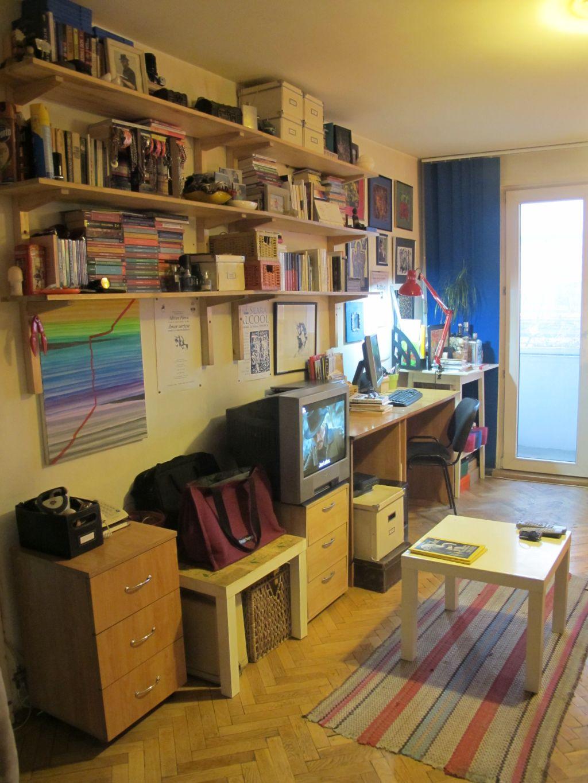 Avantajul unor rafturi suspendate ca biblioteca pentru cartie este ca poti folosi spatiu de sub ele pentru locul de birou ai alte obiecte