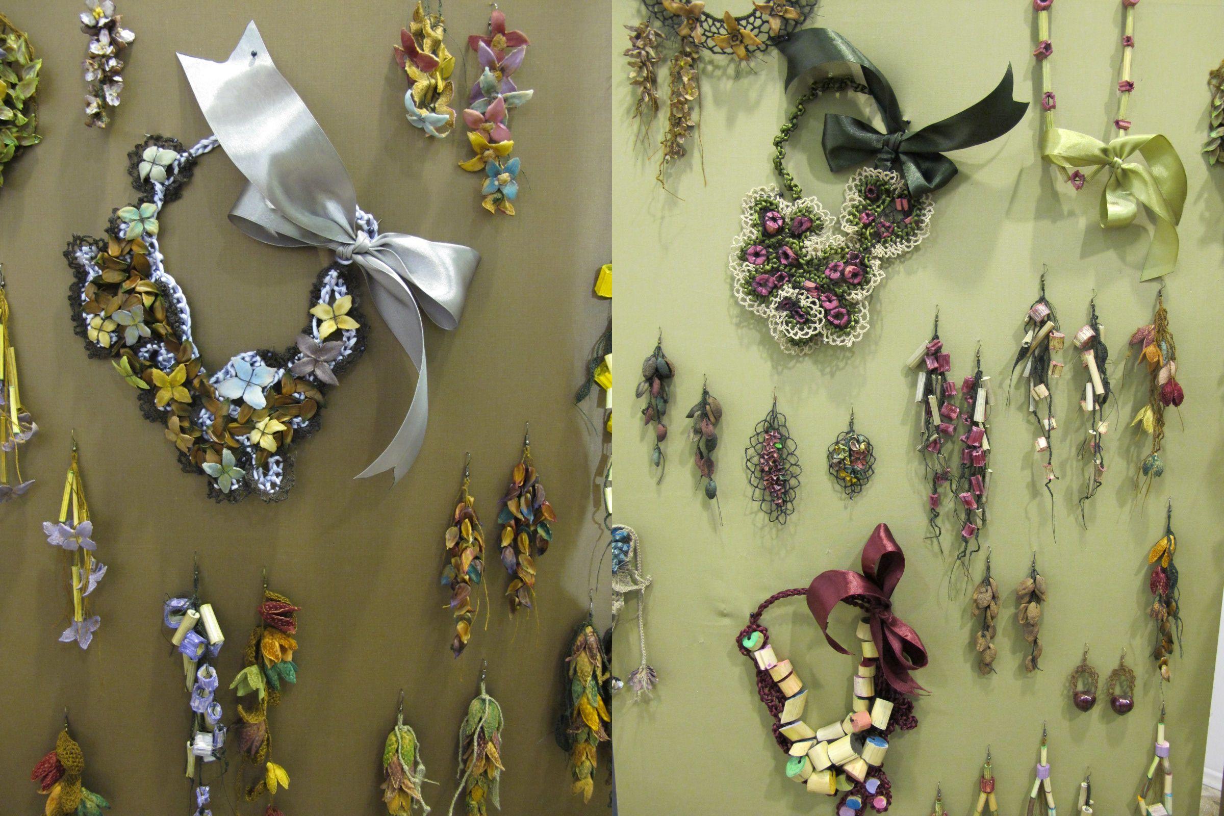 Ina Moisi s-a apucat de a manufactura bijuterii din plante uscate asa, dintr-o joaca, impreuna cu mama ei. Culorile sunt atragatoare, iar bijuteriile romantice.