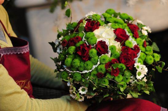 Buchet tricolor cu trandafiri, crizanteme, margarete si iedera de la Flor de May
