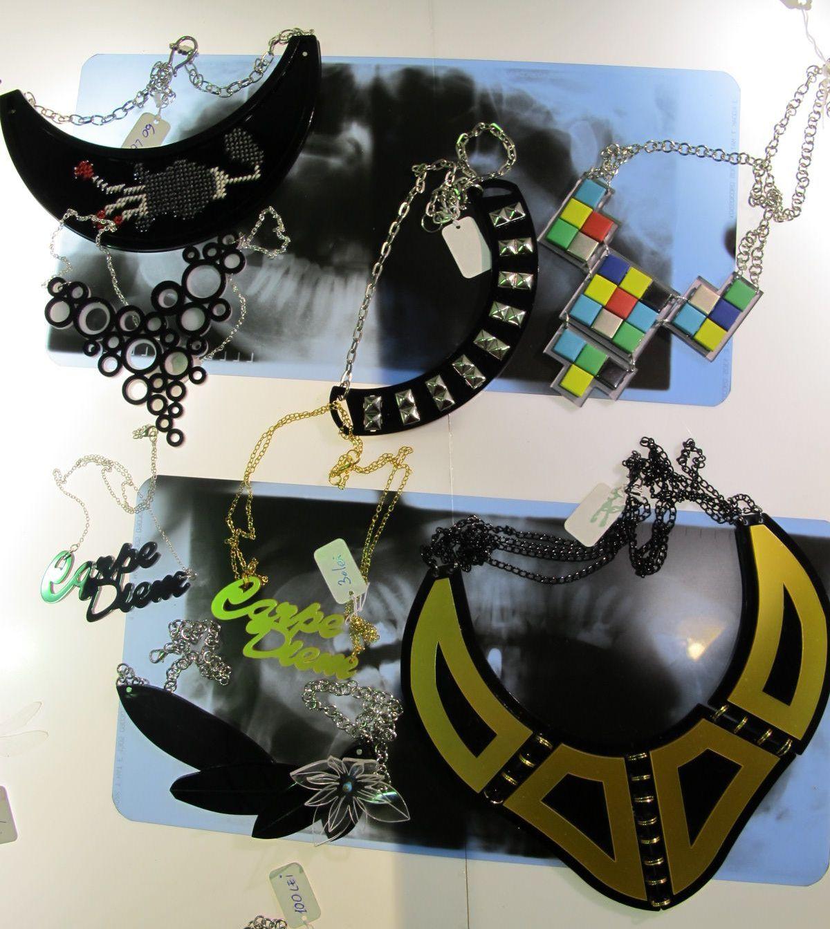 Moderne, colorate si cu mesaj, asa sunt creatiile Oanei si Mariei de la Buy Hand. Poti comanda creatiile lor pe buyhand.blogspot.ro
