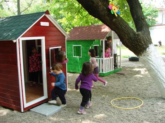 Casute Kalman din lemn pentru copii montate in curtea unei gradinite
