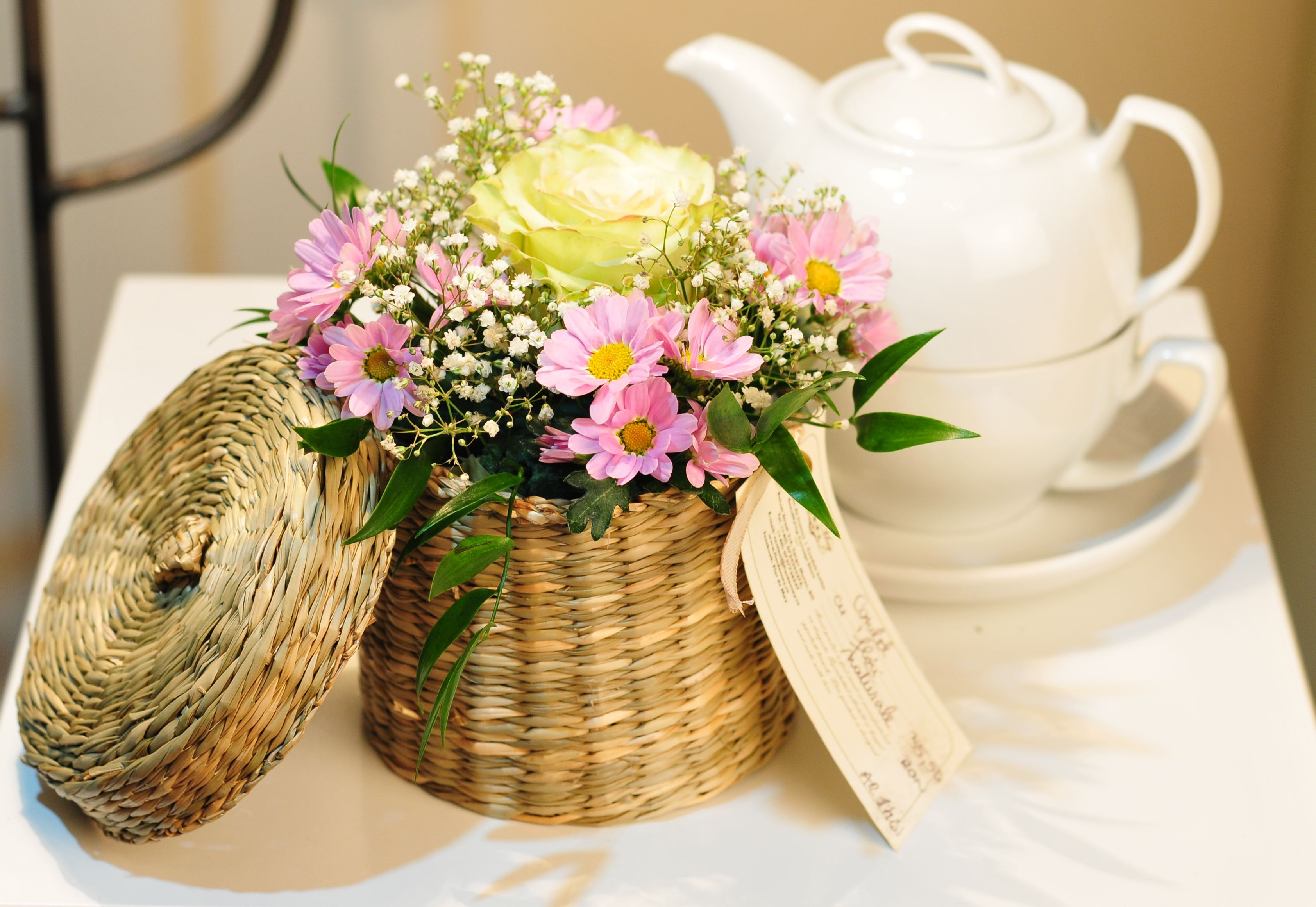 Cosulet cu flori miniaturale margarete trandafiri si floare miresei de la Flor de May