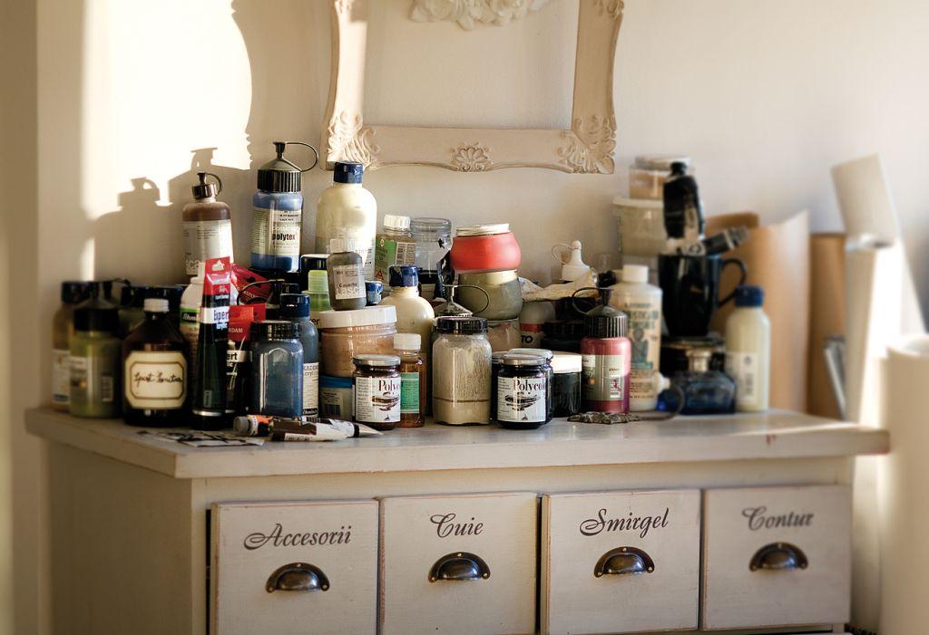 Culori in atelierul artistei Barbara Hangan. Foto Adriana Becichi