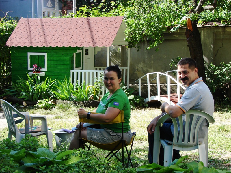 Dana si sotul ei Marcel, proprietarii firmei Casute Kalman, alaturi de casuta de lemn pentru copii model Clara