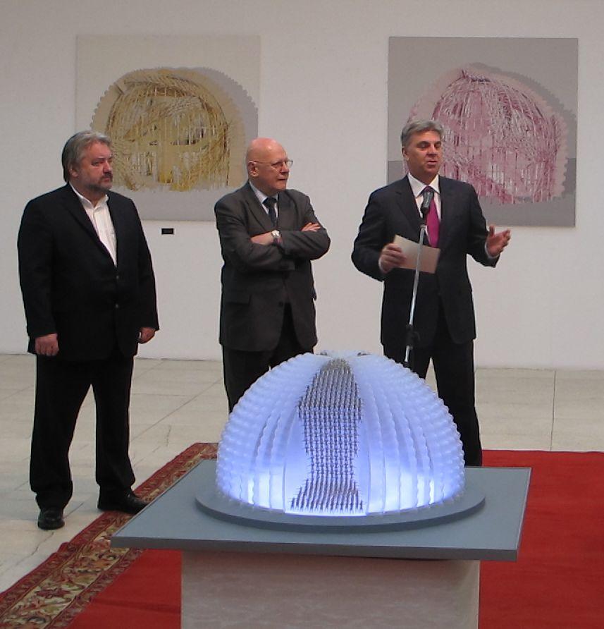 De la stanga la dreapta sculptorul Ioan Bolborea academicianul Razvan Teodorescu si Presedintele Camerei Deputatilor Valeriu Zgonea