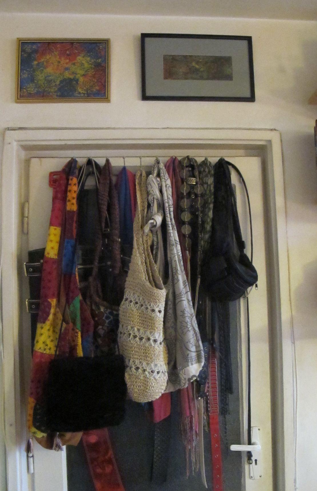 Genti, postete si accesorii puse pe cuier fixat de usa interioara