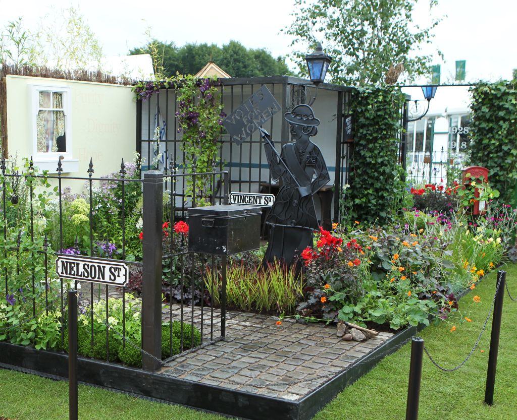 Gradina surorilor, design Janet Leight, la RHS Flower Show Tatton Park, Londra. Foto Andy Paradise