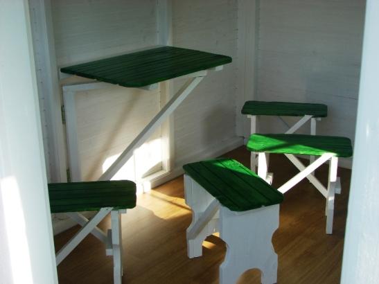 Interiorul cu mobilier al casutei din lemn pentru copii Ayan