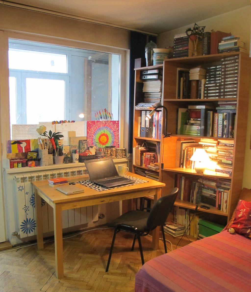 Masa din sufragerie poate fi repede transformata in loc de birou daca lucrez la laptop.