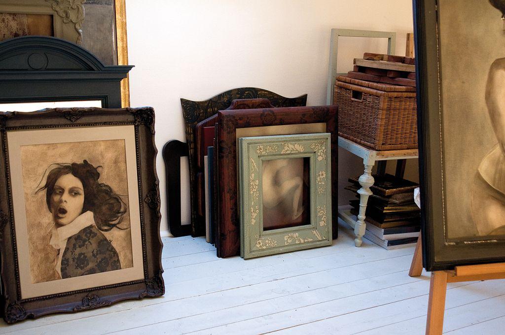 Rame si tablouri in atelierul artistei Barbarei Hangan. Foto Adriana Becichi
