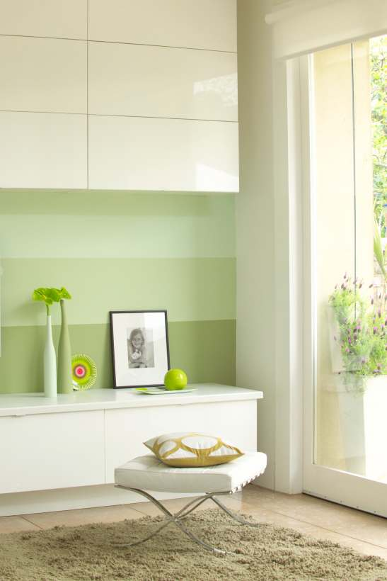 Ambient decorat in dungi orizontale verzi discrete, un degrade placut.
