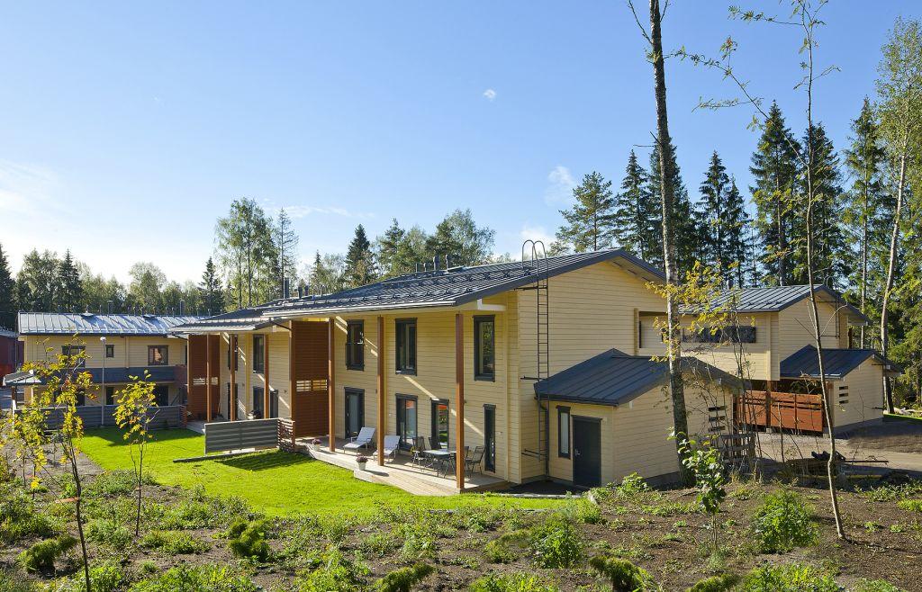 Ansamblu rezidential construit cu sisteme de barne din lemn masiv Honka