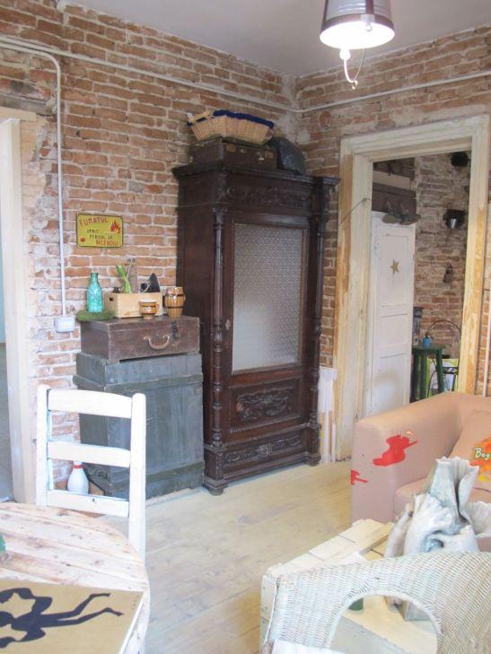 Dulapuri si obiecte vechi in ambientul cafenelei Acuarela