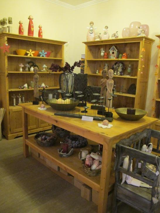 Figurine ceramica si colectie de ingeri (sus pe dulap) cu preturi de la 100 lei si statuete africane la Pierrot decoratiuni