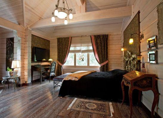 Interior de casa Honka cu barne dreptunghiulare si ambientata clasic