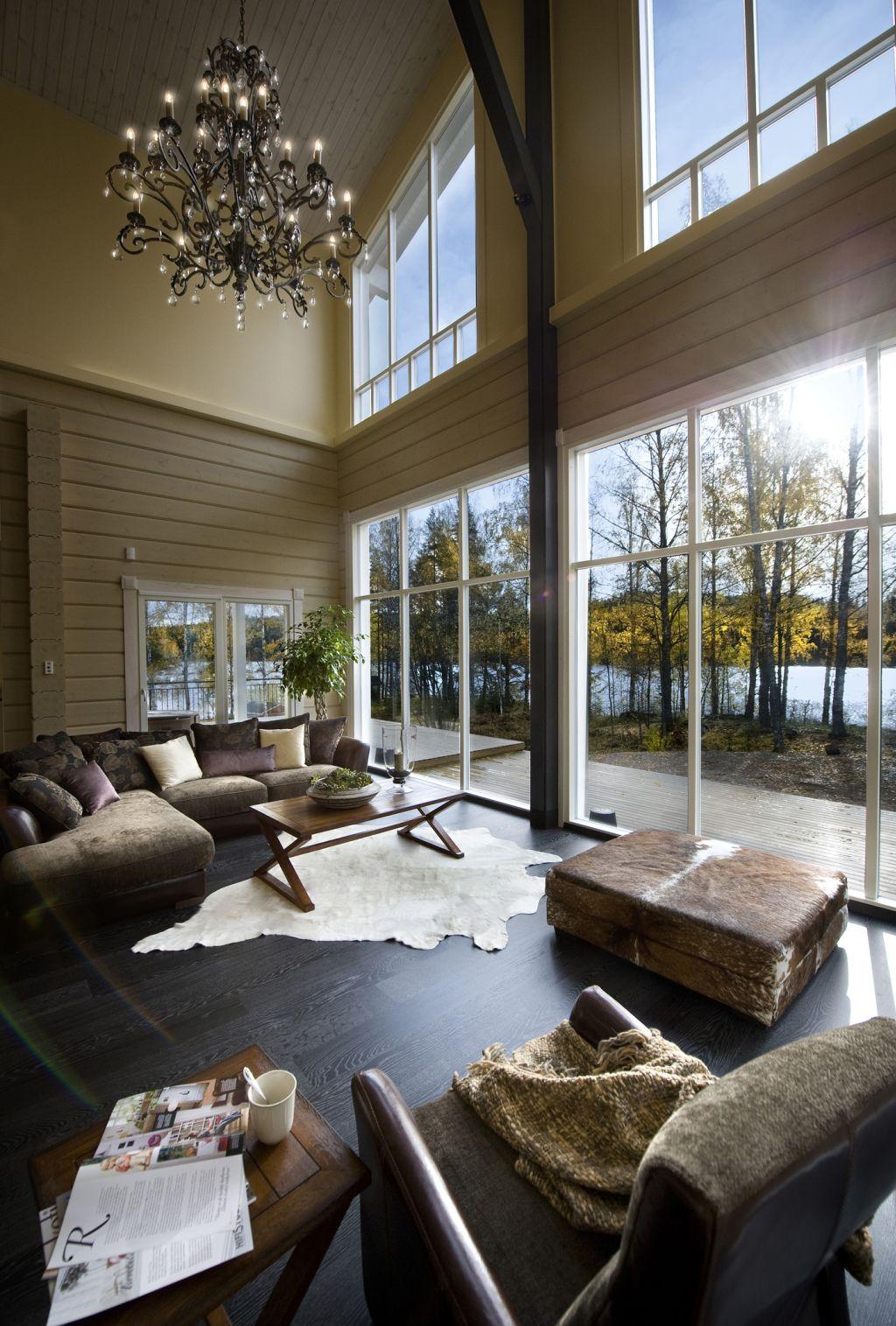 Interior de casa Honka cu suprafete de geam generoase