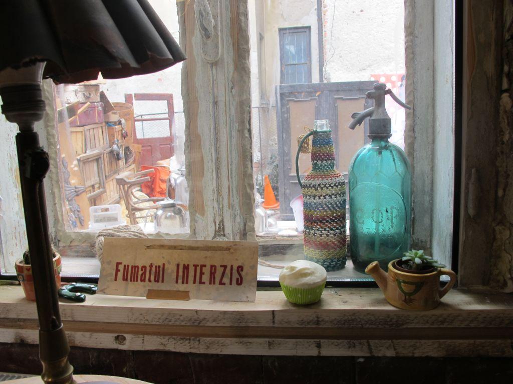 La fereastra incaperii pentru nefumatori de la Acuarela