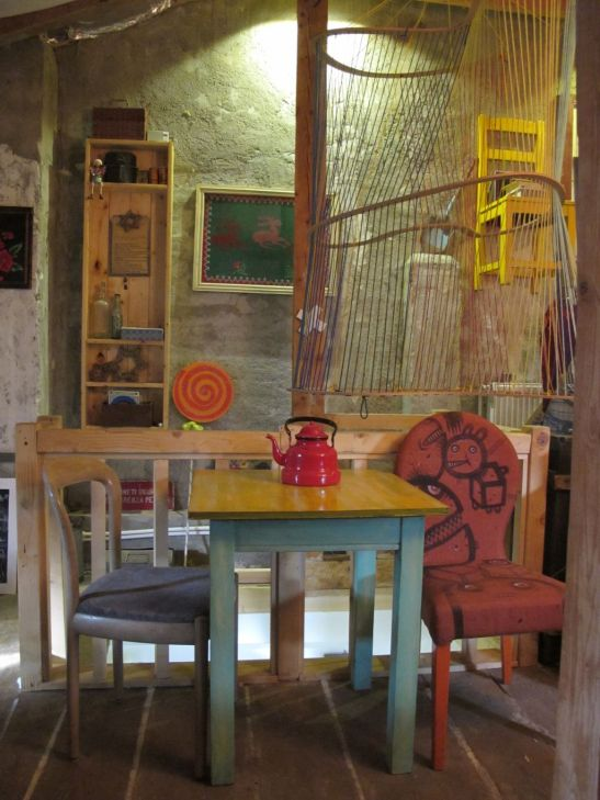 Loc langa scara mansardei la cafeneaua Acuarela