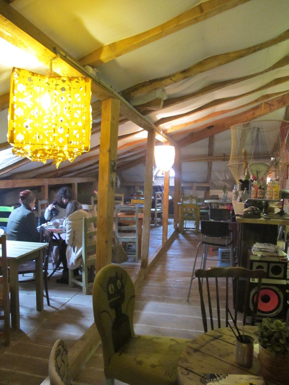 Mansarda este pentru fumatori la cafeneaua Acuarela