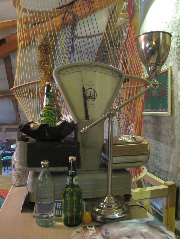 Obiecte vechi in mandarda cafenelei Acuarela