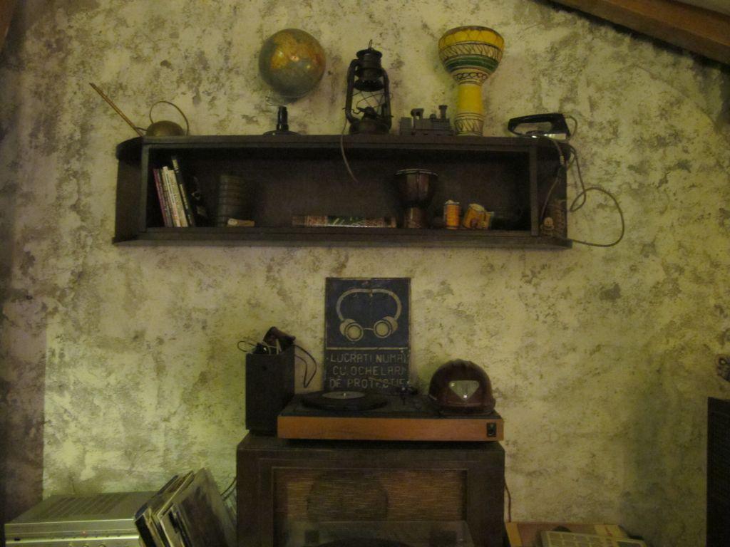 Obiecte vintage in mansarda cafenelei Acuarela