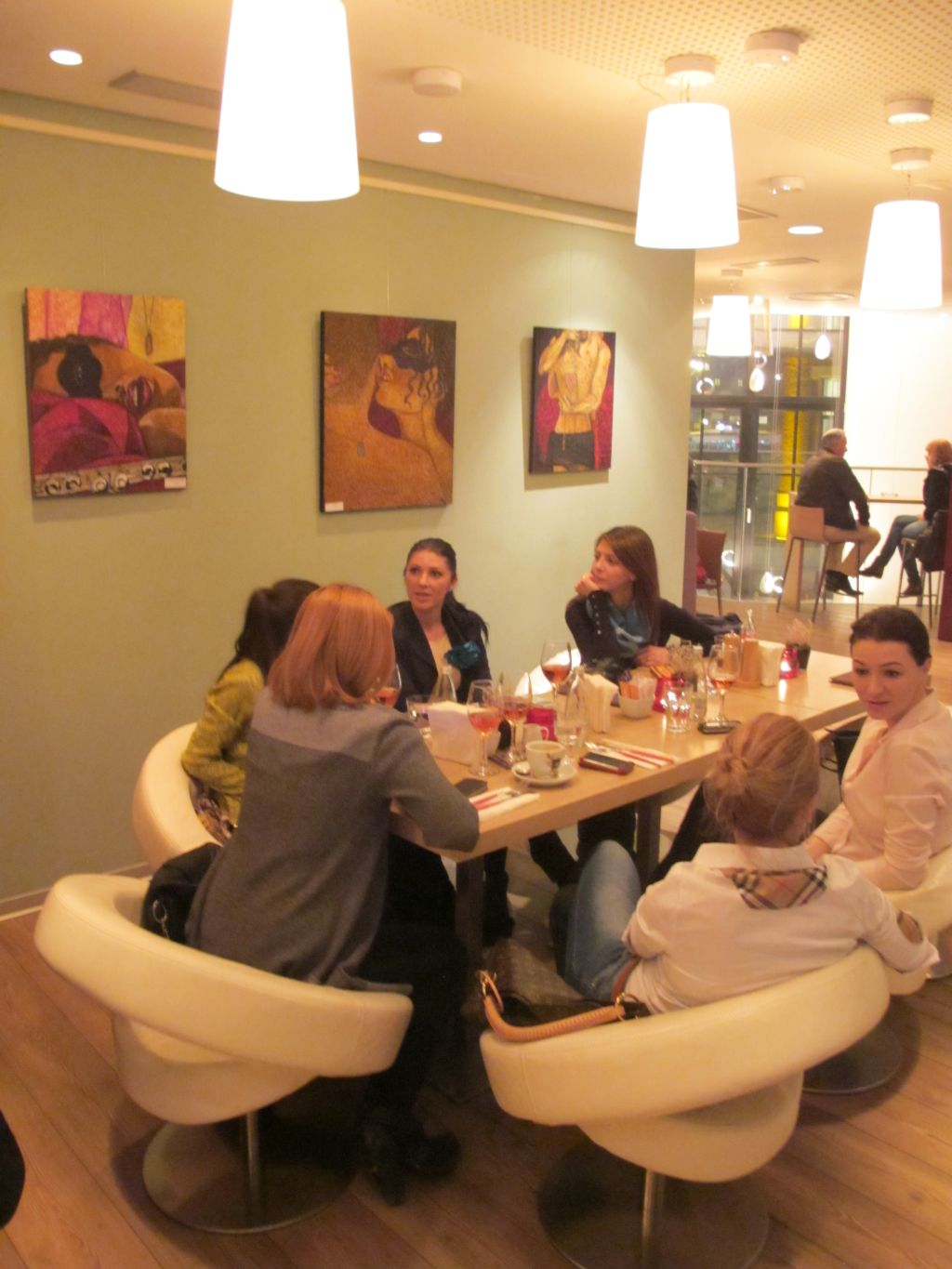 Picturile lui Orly Yanay expuse la Reader's Cafe in expozitia Wanted