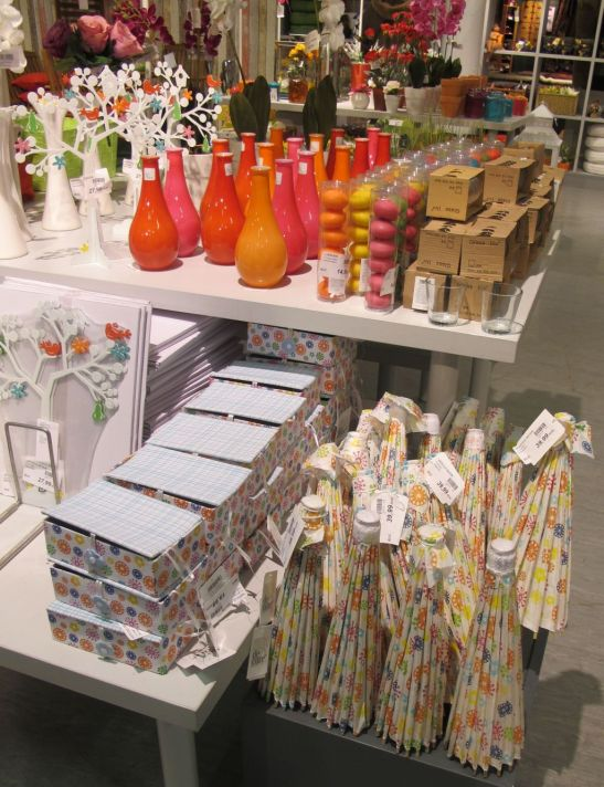 Suport bijuterii in forma de copac 27 lei, umbrele decorative din hartie, vase mici colorate, cutii de la kika