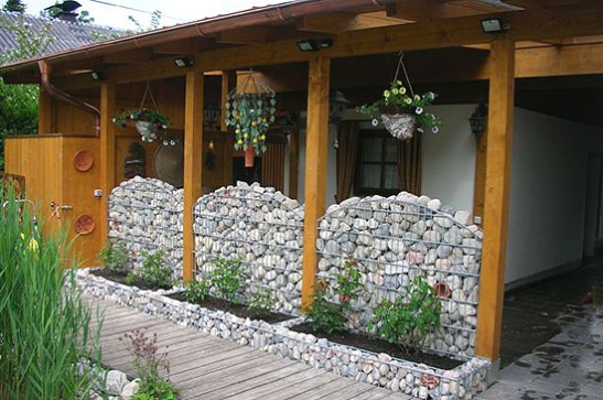 Amenajare teresa rustica cu gabioane Foto naehr.at