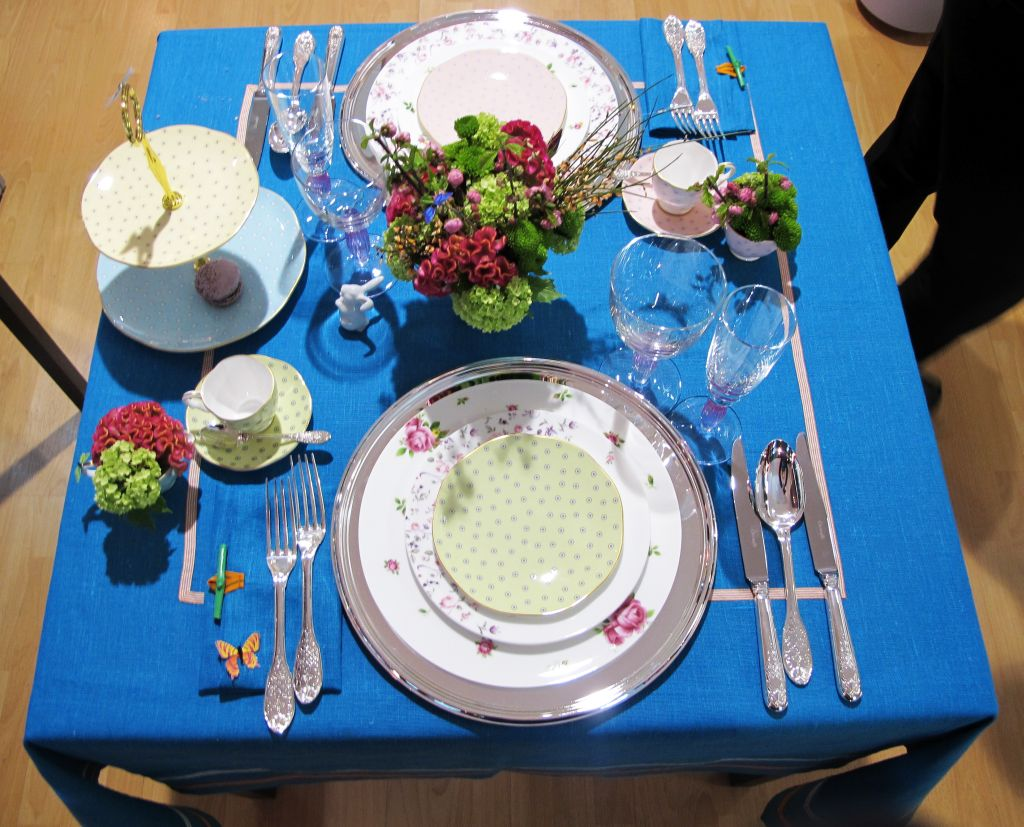Aranjamentul de masa Alice in Wonderland cu portelanuri Royal Albert si Wedgwood