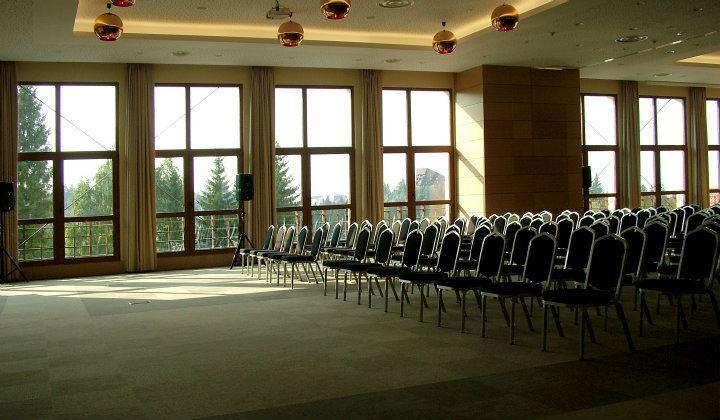 Centrul de conferinte de la Hotel Ana Sport cu ferestre imense si panorama superba