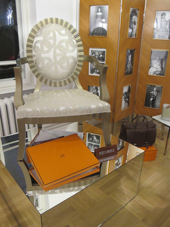 Fotoliu personalizat cu tapiterie pretioasa din matase Hermes concept si executie Photoliu. Expus la Iconic Fwd
