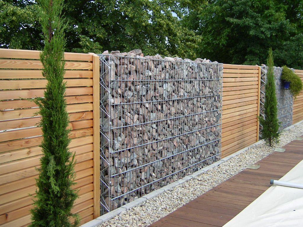 Gard cu gabioane si panouri din lemn Foto www. scenes-de-jardin.fr