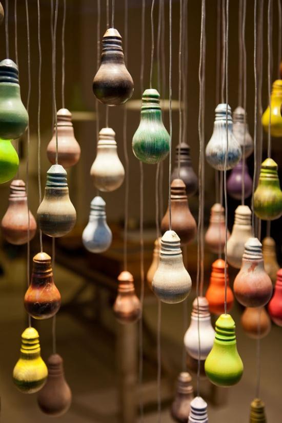 Instalatie din becuri vechi vopsite, designer Johnny Hermann, la Milano Design Week 2012