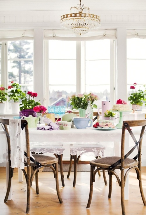 Interior rustic elegant de sufragerie cu plafoniera cu cristale