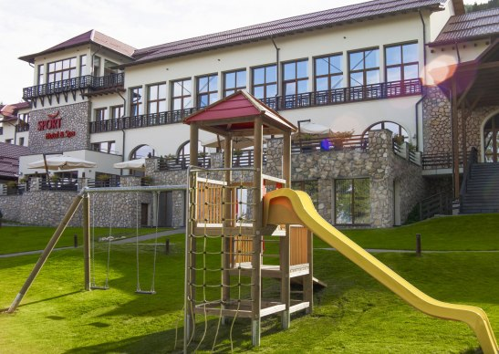 Loc de joaca in gradina Hotelului Ana Sport