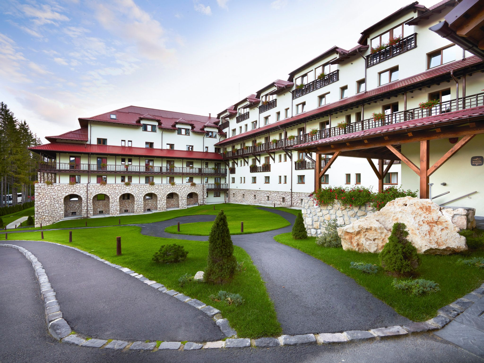O parte din exteriorul Hotelului Ana Sport