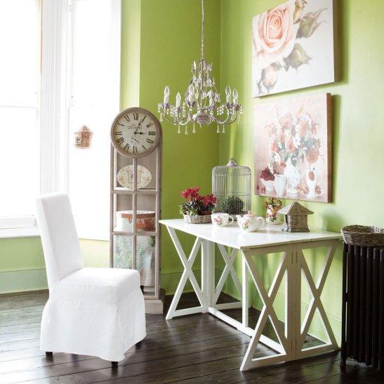 Spatiu de birou romantic cu lustra imitatie de cristale. Foto Maison du monde
