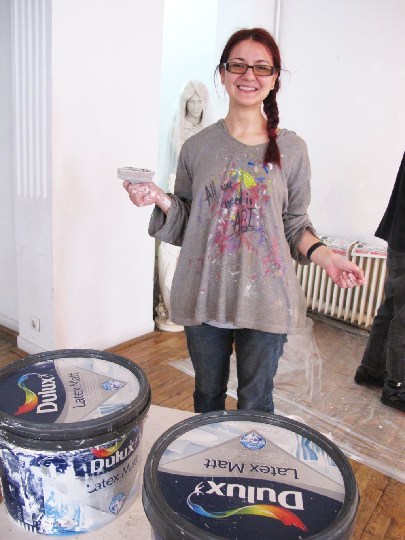 Alina Constantin, master anul I ceramica la UNArte, in timpul testarii vopselei Dulux