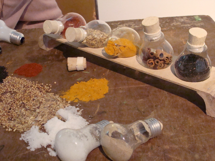 Suport pentru condimente din becuri reciclate, designersi Annisa Fardan Nabila si Aulia Amanda Santoso