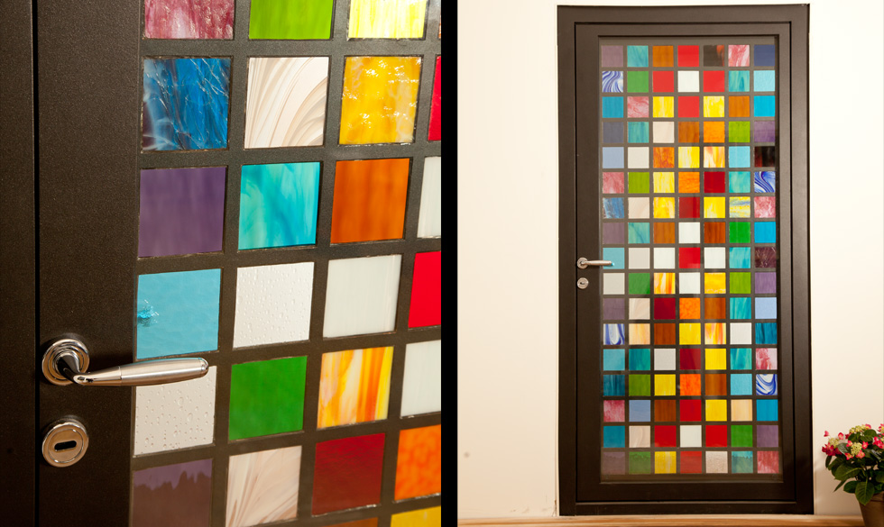 Usa de exterior cu sticla colorata realizata de SUPERFABER