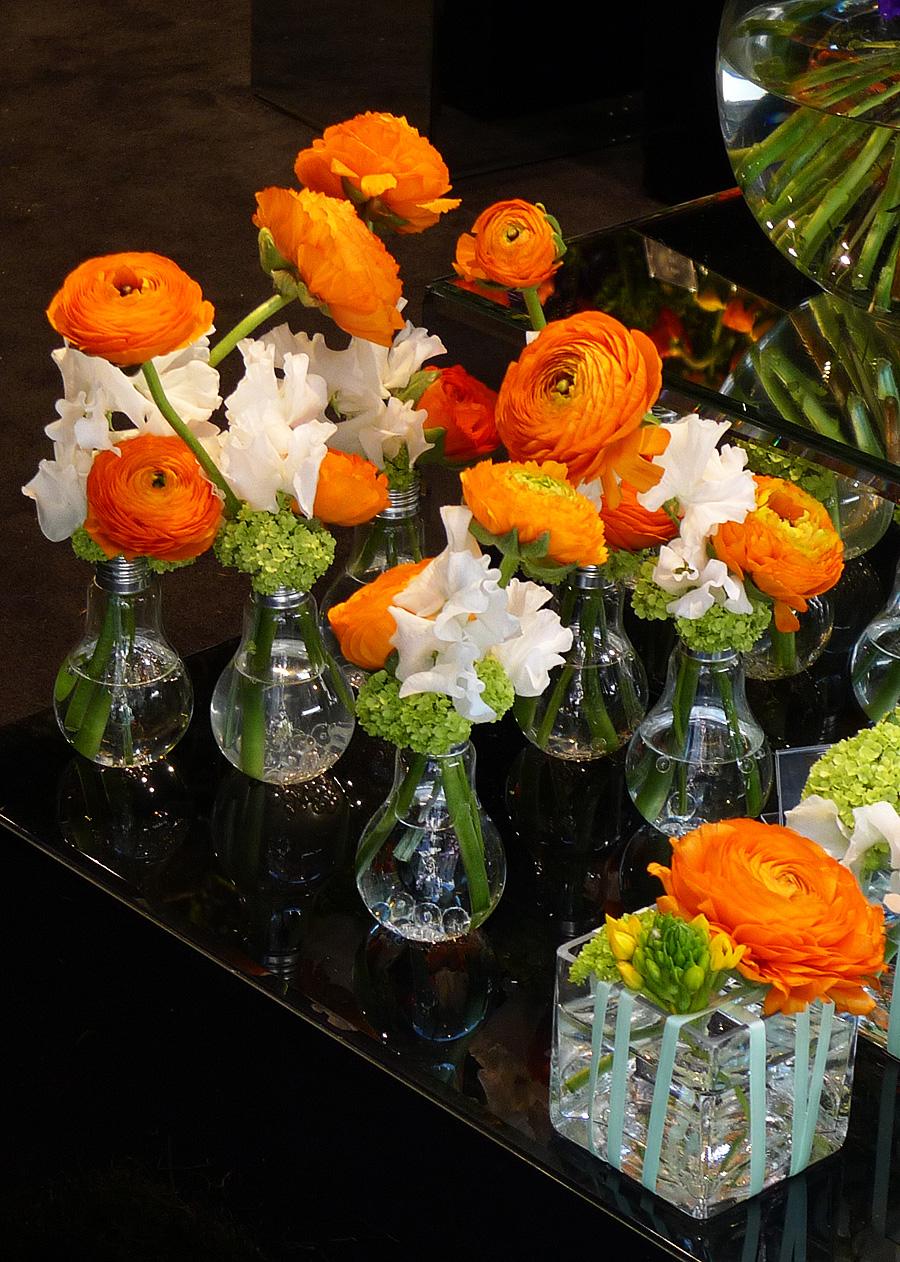 Vase pentru flori sub forma de becuri vechi