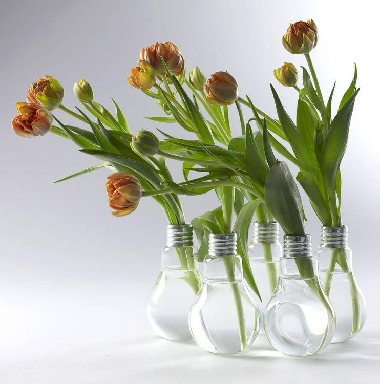 Vaze pentru flori sub forma de becuri vechi