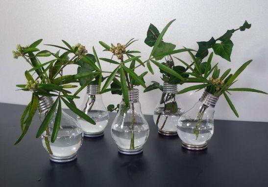 Vaze realizate sub forma de becuri vechi