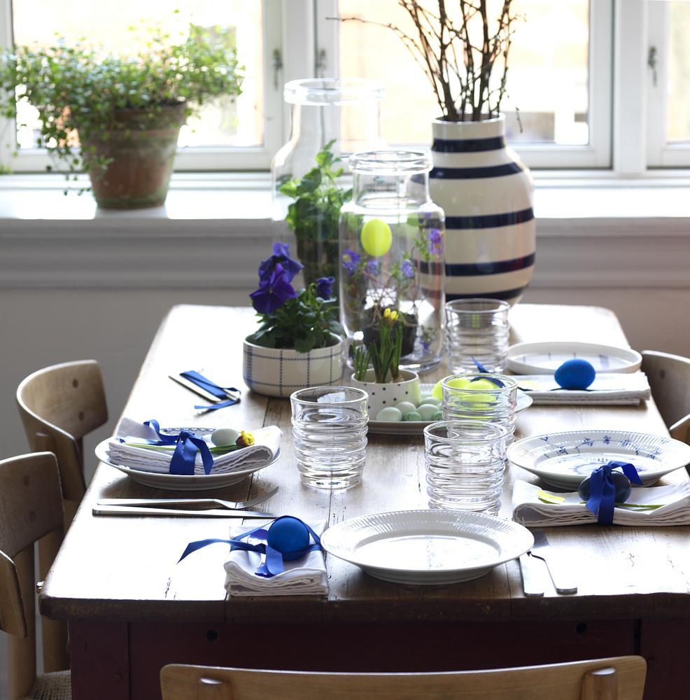 O idee de aranjare a mesei mai putin formala, ca in familie cu plante in masti frumoase sau direct in borcanele mari de muraturi ramase acum goale