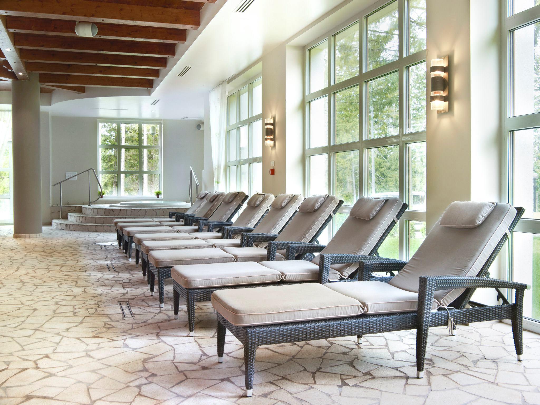 Zona de relaxare pe marginea piscinei interioare din cadrul centrului Spa de la Hotel Ana Sport